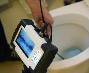 Comment déboucher les toilettes raccordées à une fosse septique